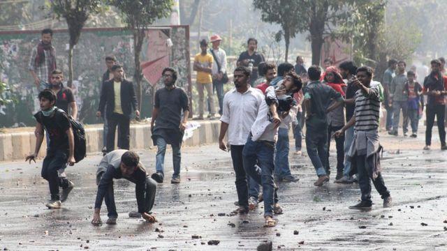 ঢাকায় রামপাল বিদ্যুৎ কেন্দ্র বিরোধী হরতালের সময় পুলিশের সাথে আন্দোলনকারীদের সংঘর্ষ