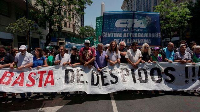 Protesta en Argentina ante los despidos.