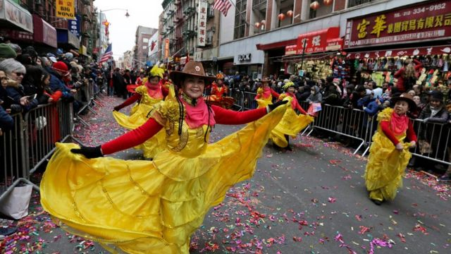 Chinas bailando con trajes típicos