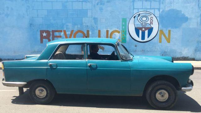 Xe cũ trên nền khẩu hiệu cách mạng Cuba