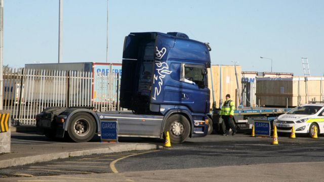 爱尔兰警察下令停下卡车拖车。