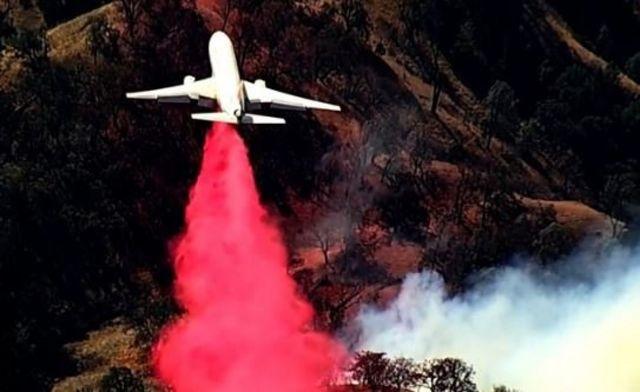 Pesawat pemadam api di California.