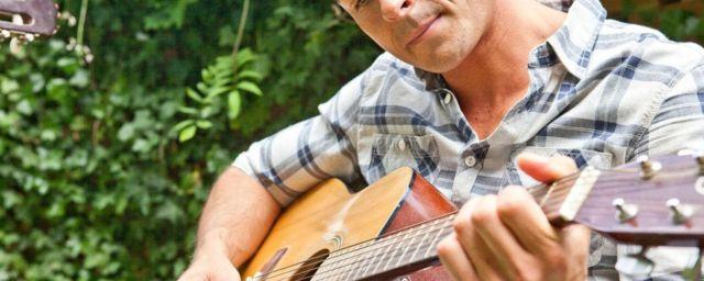 مردی در حال گیتار زدن
