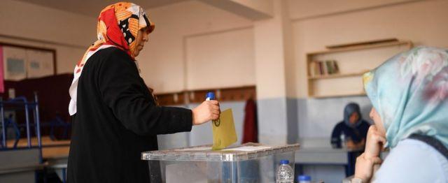 Женщина голосует на участке в Стамбуле