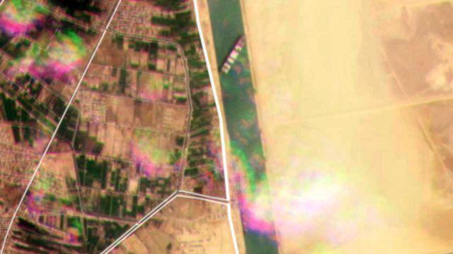 На этом снимке со спутника видно судно, перегородившее канал