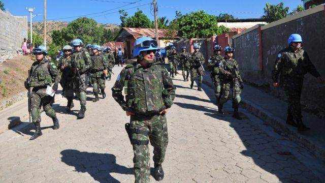 General Ajax Pinheiro (centro) caminha ao lado de tropas brasileiras no Haiti