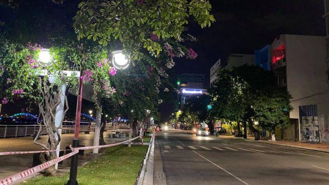 Một đoạn đường ở Đà Nẵng vắng người sau khi thành phố thực hiện giãn cách xã hội.