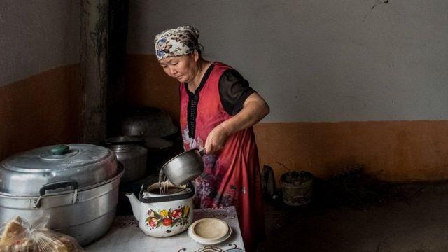 Gülzira Auelkhan evde çay yapıyor, 18 ay kampta kalmış