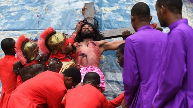 Man wey hang for cross to symbolize Jesus for cross.