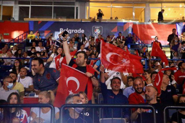 Belgrad'da maçı izleyen taraftarlar