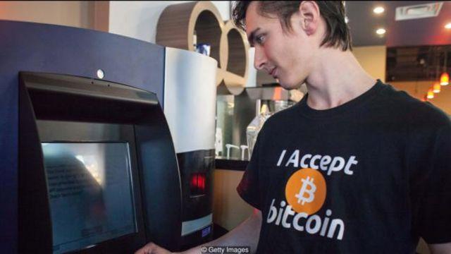 ATM bitcoin đầu tiên tại Vancouver, British Columbia, vào năm 2013. ATM này cho phép người dùng mua hoặc bán đồng tiền số Bitcoin.