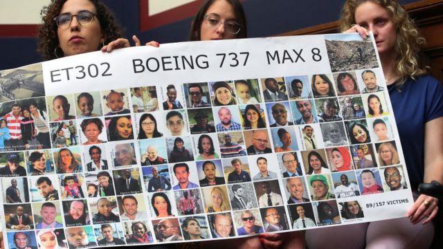 Amistades de las víctimas muestran fotos de los fallecidos en el accidente de Etiopía.