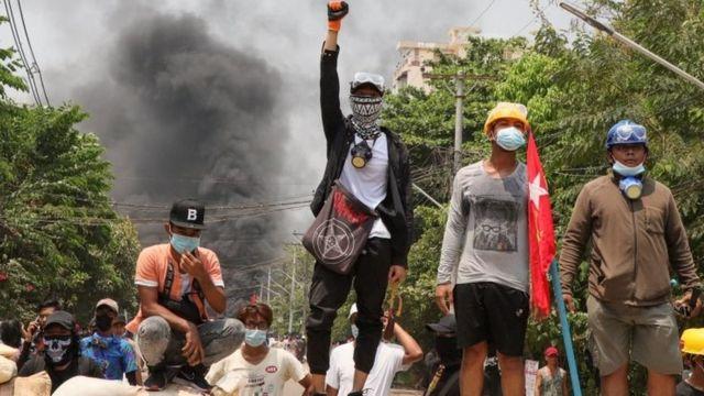manifestantes em Yangon