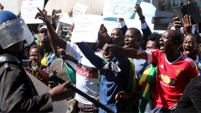 Ils manifestent contre la politique économique du président Robert Mugabe.