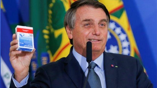Bolsonaro exibe cloroquina