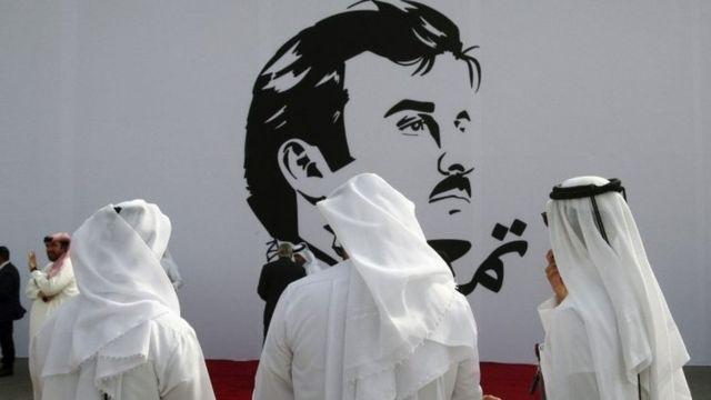 قطريون أمام جدارية للأمير تميم بن حمد آل ثاني