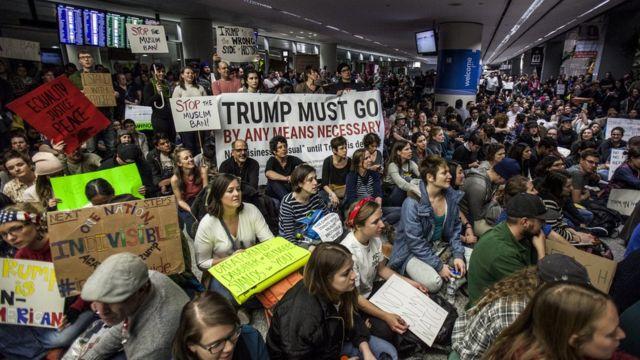مظاهرة داخل أحد المطارات الأمريكية للتضامن مع وافدين من دول شملها قرار حظر الدخول الذي أصدره الرئيس الأمريكي ترامب