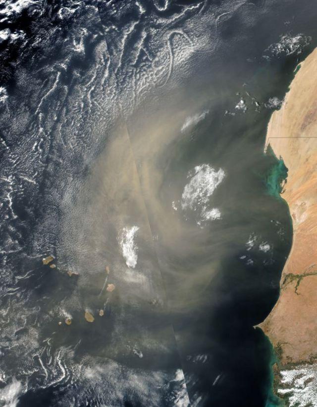 Imagem de satéilte de coluna de poeira