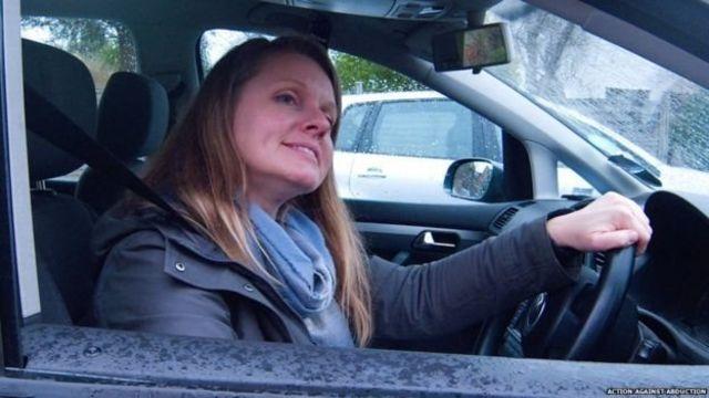 一名女性在開車