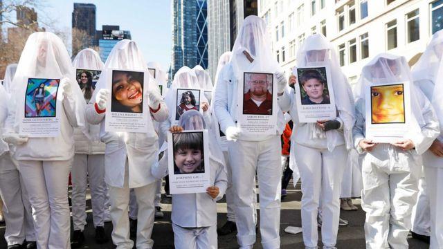 """Демонстранти носе фотографије жртава оружаних напада у школама током """"Марша за наше животе"""". У Њујорку су демонстанти тражили ограничење приватног наоружања"""