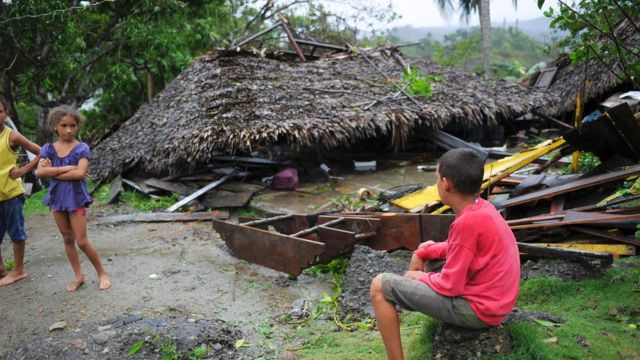 「マシュー」はハイチに続きキューバを直撃。写真はキューバ・グアンタナモのカルボネラ地区で破壊された建物と住民の子供たち(5日)