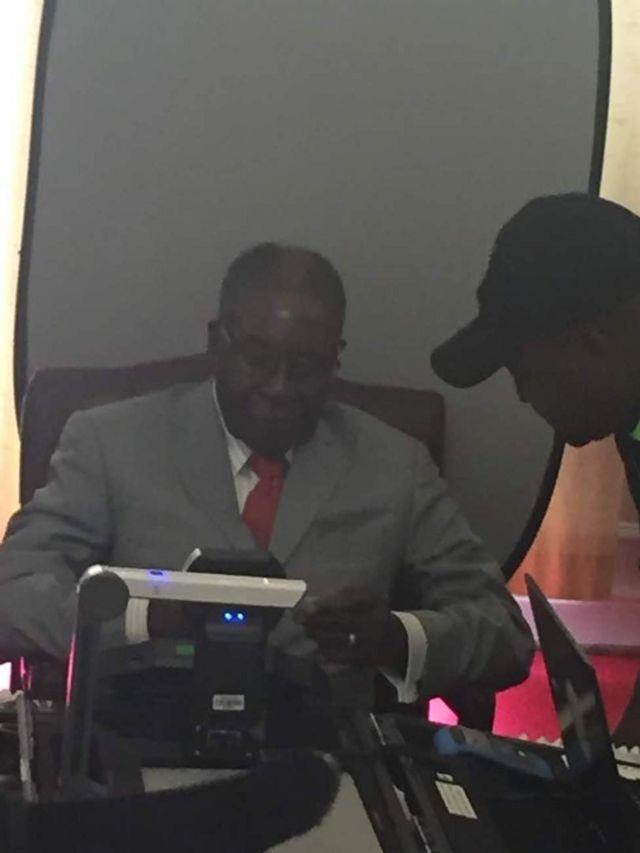 Rais Robert Mugabe akijiandikisha kama mpiga kura