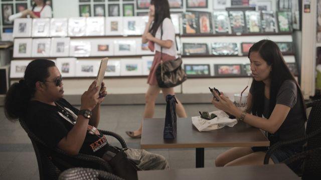 ภาพประชาชนขณะใช้งานมือถือและแทบเล็ต