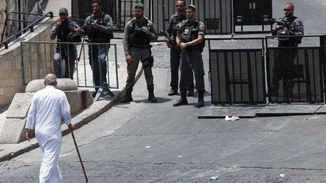 Израильские силы безопасности дежурят у главного входа в здание мечети Аль-Акса