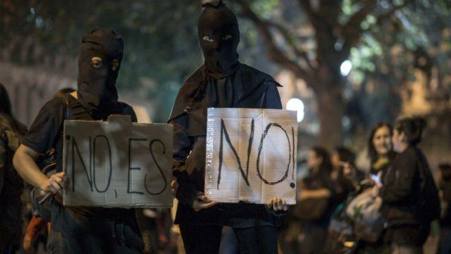 """Encapuchados con carteles de """"No es No"""""""