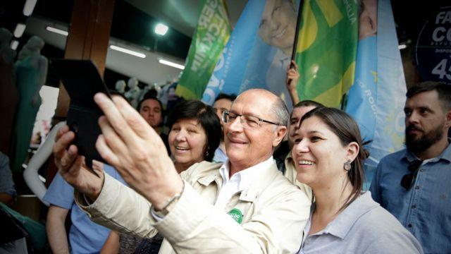 Geraldo Alckmin, candidato à presidência pelo PSDB, tira selfie com apoiadora, durante campanha em São Paulo