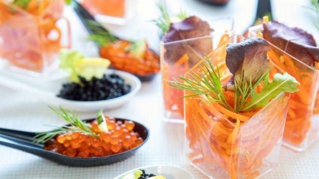 Una mesa con caviar