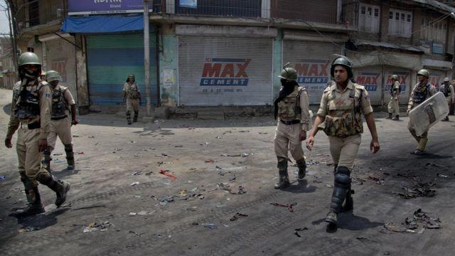 Soldados indios patrullan una calle en Cachemira