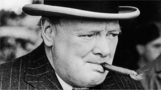 Winston Churchill fumando um charuto
