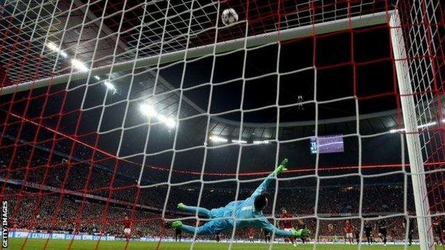 Mkwaju wa penalti wa Arturo Vidal ukipaa juu ya lango la Madrid