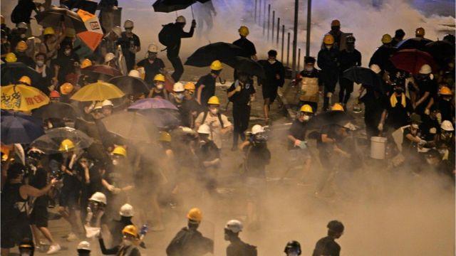 최루 가스를 피해 뛰고 있는 홍콩 시위대