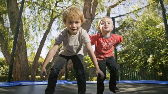 ممارسة لعبة القفز المطاطي (ترامبولين)