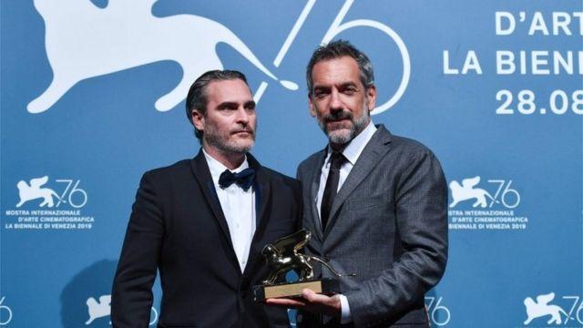 Todd Phillips (der) y Joaquin Phoenix