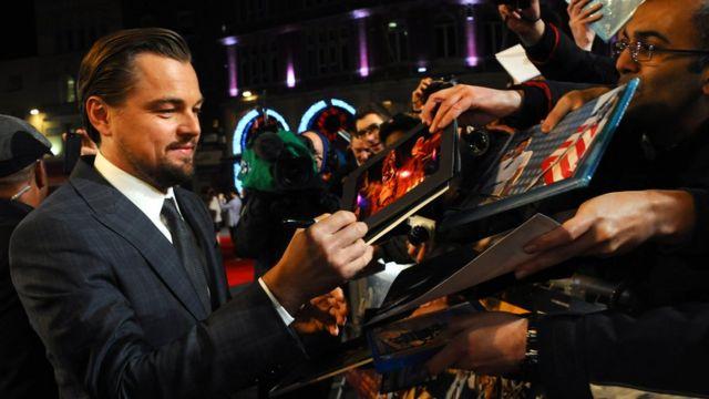 El actor Leonardo DiCaprio firma autógrafos.