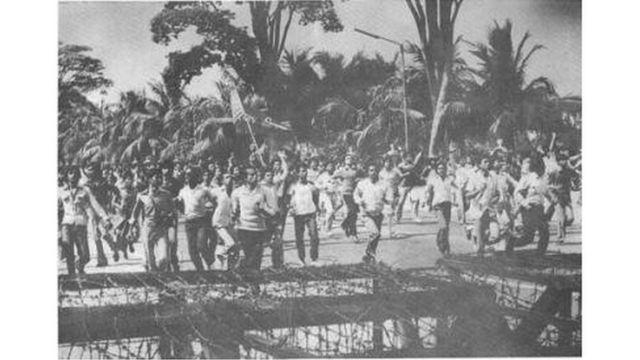 পুলিশের ব্যারিকেডের দিকে এগিয়ে চলছে মিছিল
