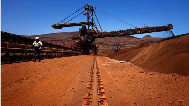 根据澳洲西太平洋银行的估算,中国从澳洲入口六成的铁矿资源,两成则来自巴西。澳洲每年向中国运送9亿吨的铁矿石。