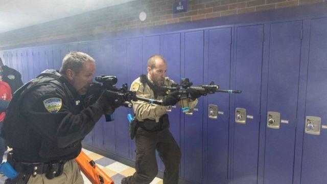 Policías en un simulacro de tiroteo