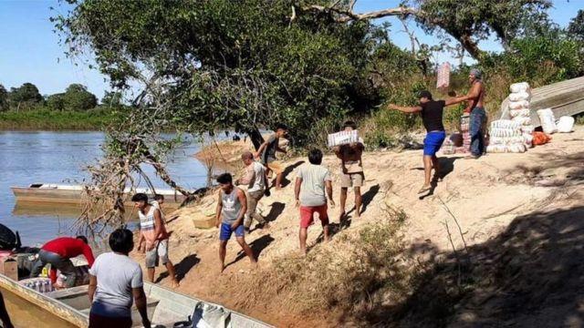 Alimentos e outros suprimentos para a aldeia foram entregues de barco