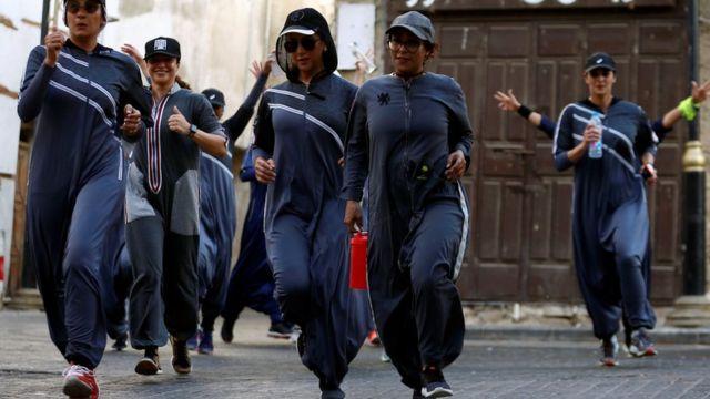サウジアラビアのジョギング大会に参加する女性たち