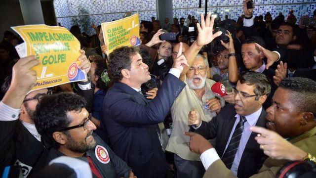 Grupos contra e pro impeachment batem boca na Câmara dos Deputados