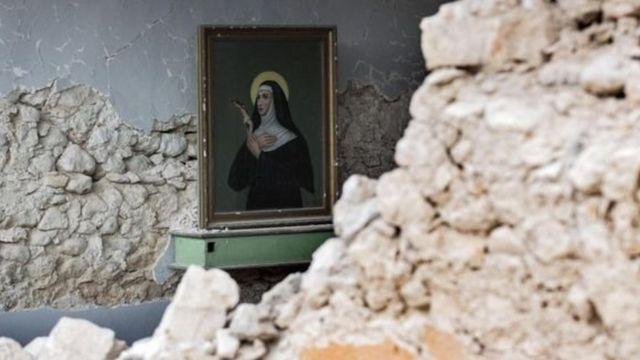 آثار الزلزال في إيطاليا