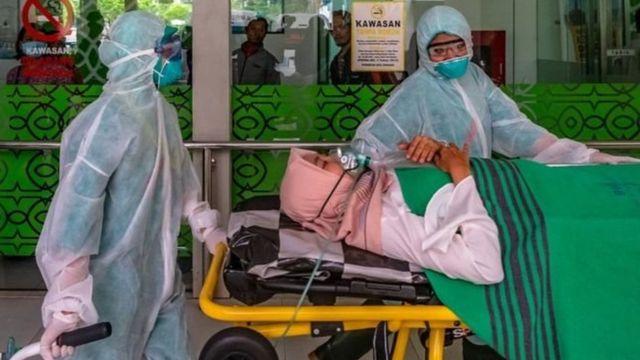 Sejumlah tim medis mengevakuasi seorang pasien menuju Ruang Isolasi Khusus Rumah Sakit Umum Pusat (RSUP) dr Kariadi saat simulasi penanganan wabah virus novel Coronavirus (nCoV) di Semarang, Jawa Tengah, Kamis (30/01).