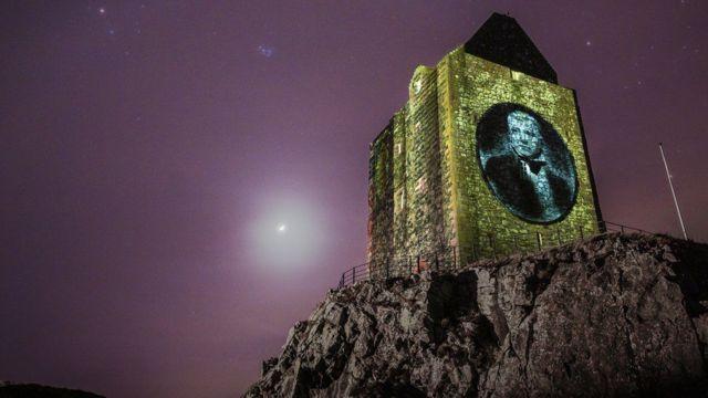 Espectáculo de luces celebrando los 250 años del nacimiento de Scott en la Torre Smailholm, cerca de la granja donde él vivía cuando era niño.