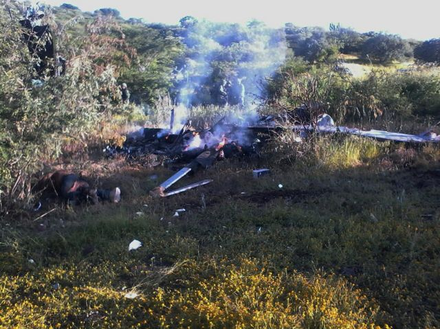 El avión de la Procuraduría General de Justicia del Estado (PGJE) de Michoacán tras estrellarse y quemarse este martes en Cúpuan del Río, municipio de La Huaca, Tierra Caliente, Michoacán.