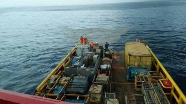 سوتوبو بورو نوجرزهو نشر هذه الصورة على تويتر، وهي صورة التقطت من منشأة برتامينا وتظهر حطاما وبقع نقط على سطح المياه