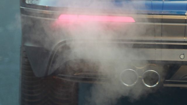 Gases saliendo del tubo de escape de un vehículo